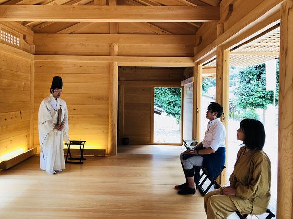 総社宮拝殿内でヒット祈願を受けるnemu氏