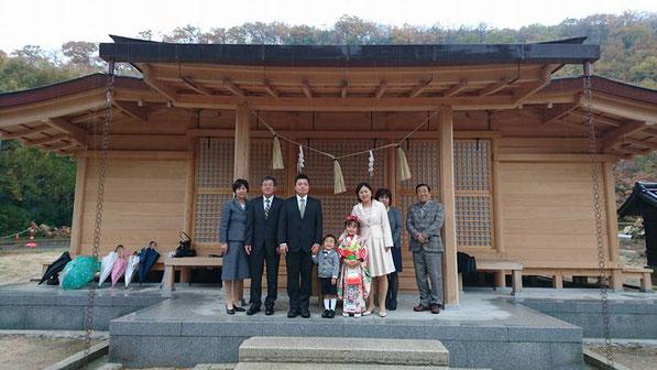 総社宮拝殿の前で記念撮影をする七五三のお参りに訪れたみずきちゃん、そうまくんご家族