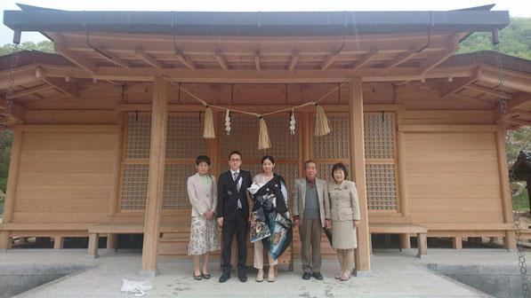 総社宮拝殿の前で記念撮影をする初宮詣のお参りに訪れたはるとくん親子