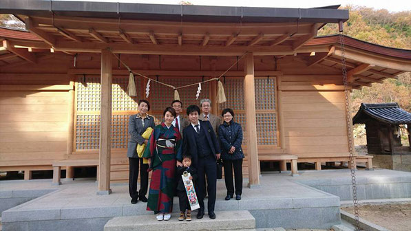 総社宮拝殿の前で記念撮影をする七五三のお参りに訪れたあいのすけくんご家族