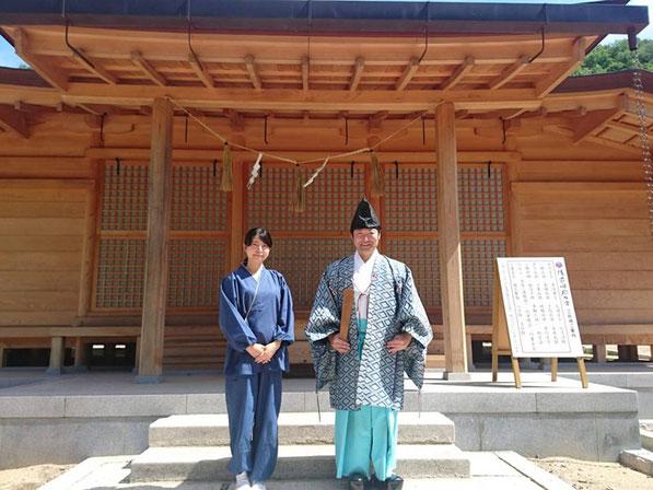 総社宮拝殿の前で記念撮影をする就任奉告祭を終えた難波美帆さんと武部宮司