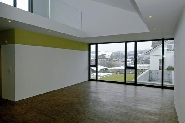 Neubau EFH Hööracker, Hallau I Wohnraum mit Galerie und Blick zum Pool