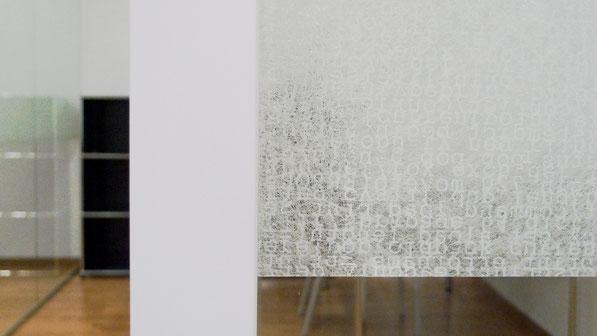 Büro Oberstadt, Schaffhausen I Detail Glastrennwand mit Hafttextil als  Sichtschutz