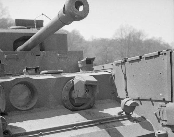 Sehr gut zu erkennen die Flammenwerfer anstelle des Bug-MG und auf dem anderen der Anhänger mit Brennstoff.