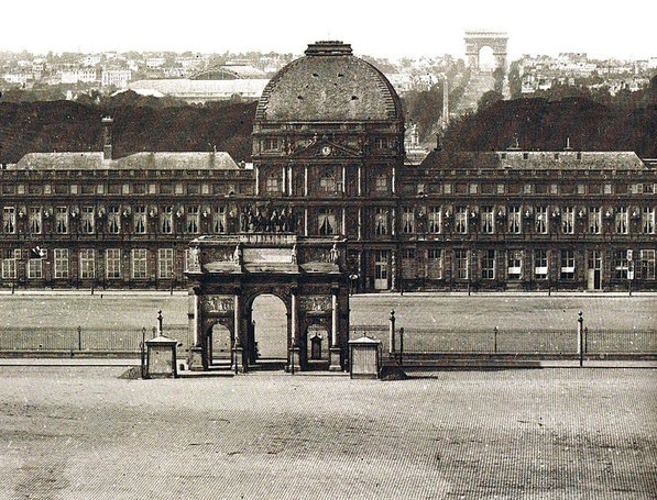 Le château vu de la place du Caroussel. Source Wikimedia Commons. Paris des Utopies (Yvan Christ)