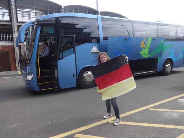Ich mit unsrer Fahne vor dem Deutschen Bus
