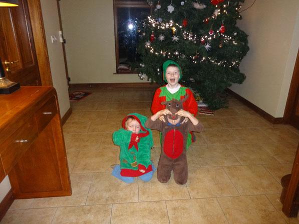 Meine drei Jungs im Weihnachtskostüm