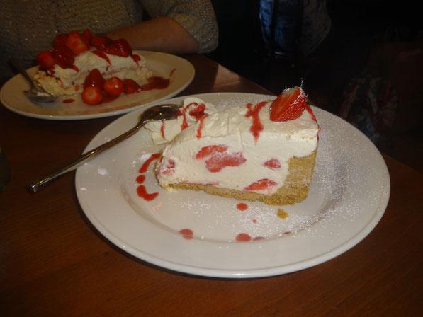 *Hust *Hust, der Nachtisch: Meins war ein Vanilla-Strawberry Cheesecake und Roses war die berühmt berüchtigte Strawberry Pavlova (keine Ahnung wie mans schreibt ich schau nächste Woche)