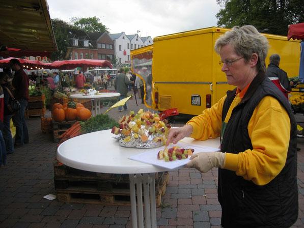 Frau Böttiger auf dem Marktfest in Nortorf mit kleinen Köstlichkeiten