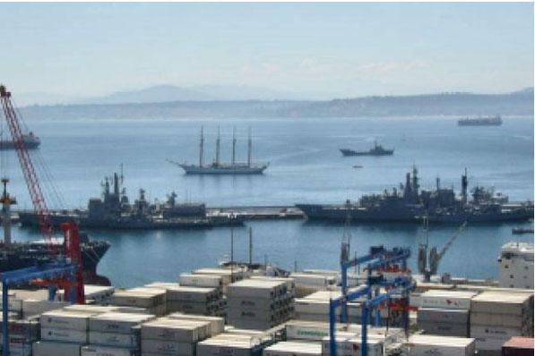 世界遺産で有名なバルパライソ港はチリ最大の商業港であるとともに軍港でもある