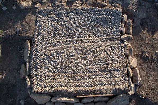Typisch daunisches Kieselpflaster, die meist in Zusammenhang mit Grabanlangen stehen.