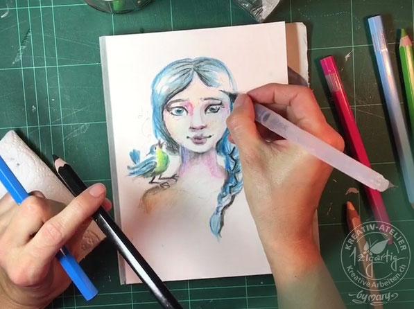Hier ist die Zeichnung schon einen Schritt weiter. Ich vermale hier die Blautöne der Haare. Wasservermalbare Farbstifte sind ein spannendes Arbeitsmittel im kreativen Bereich