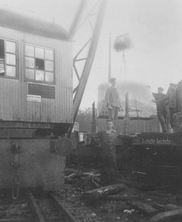 Hier Kran 1 beim Umladen eines Marmorblocks im Jahre 1927
