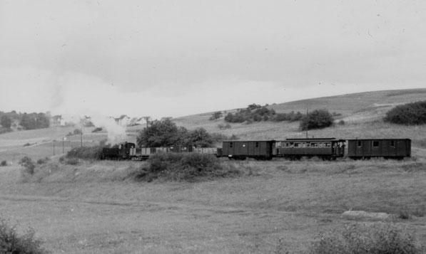 15.08.1957 Lok 15 mit drei offenen Güterwagen, einem Pack- und zwei Personenwagen    Foto Slg. Mannes