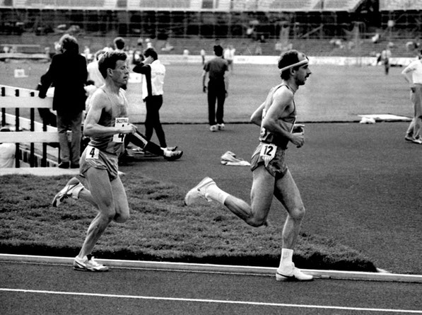 Nat Muir leads Chris Robison during 1986 SAAA 5000 metres