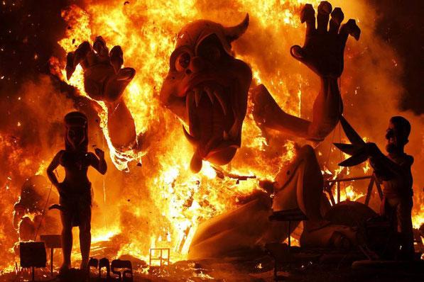 Сжигание одной из фигур во время празднования Лас Фальяс, Валенсия