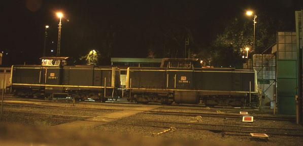 212 097 und 212 319 am späten Abend des 15.08.1995 vor dem Schuppen in Steinbeck zusammen auf einem Bild .