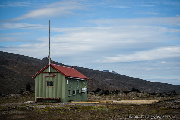 Mývatnsöræfi, Ferðafélag Akureyrar, Bræðrafell, Hut, Öskjuvegur, Hiking, Wanderer, Braedrafell, Snow, Ódáðahraun, Odadahraun, Lava, Iceland, Island, spire, Herðubreið