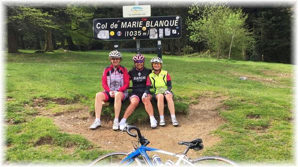 Deux montagnardes expérimentées ( Cécile et Ghis ) pour encadrer Katia qui vient d'escalader son premier Col...BRAVO !
