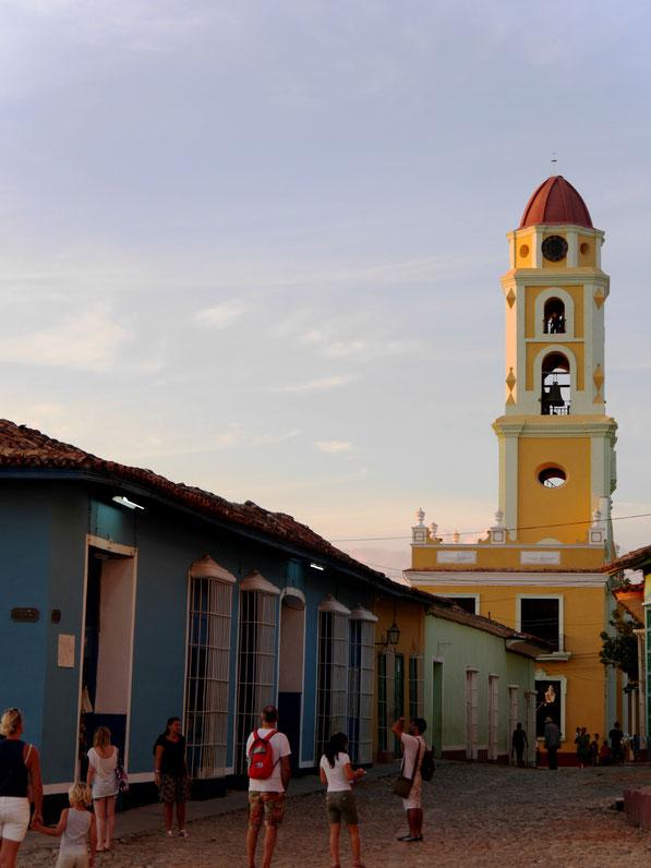 Der überall sichtbare gelbe Turm einer früheren Klosteranlage ist ein Wahrzeichen der Stadt (Foto Jörg Schwarz)