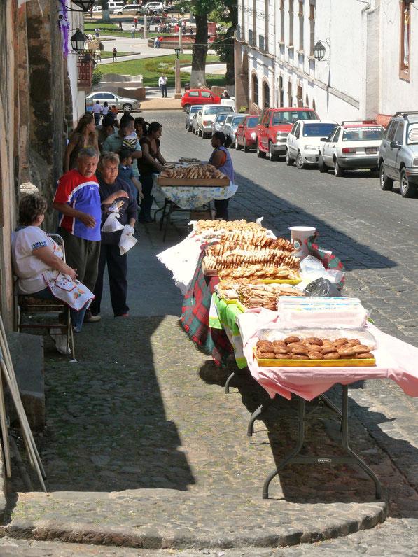 Aber auch die Vielfalt der klassischen mexikanischen Küche - hier Gebäck und Kuchen - finden sich entlang der schönen Straßen Pátzcuaros  (Foto Jörg Schwarz)