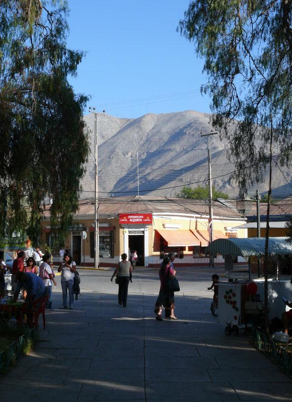 Die belebte  Plaza de Armas, Markt und Zentrum der Stadt, gibt schöne Aussichten auf die umliegenden Berge frei (Foto Jörg Schwarz)
