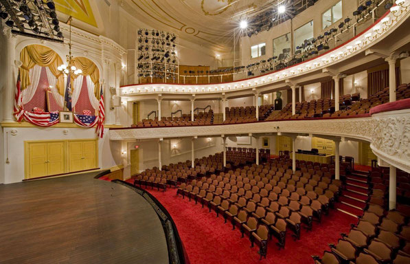 "Ford's Theatre, met linksboven de ""Presidential Box"""