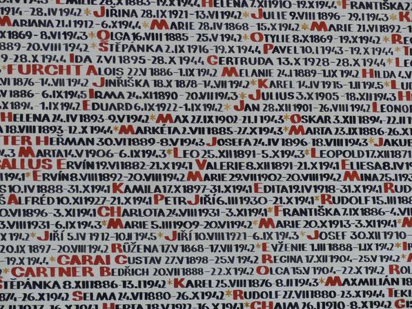 Pinkassynagoge - Namen van slachtoffers op de muren