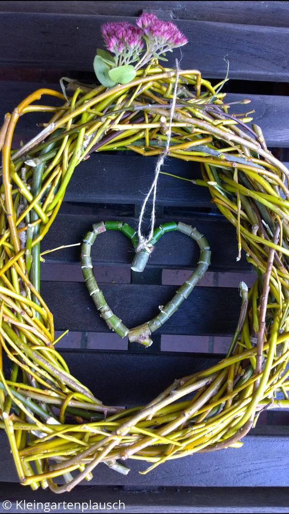 Weidenkränzchen mit Weidenherz innen hängend und etwas Sedum reingesteckt