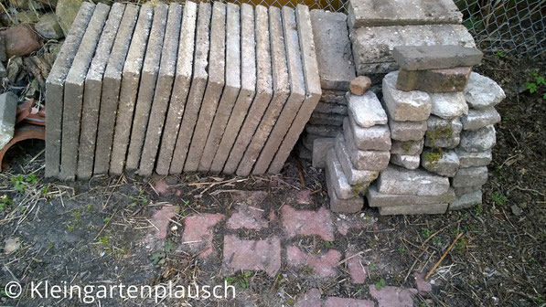 Alte Waschbetonplatten und Mauersteine gestapelt
