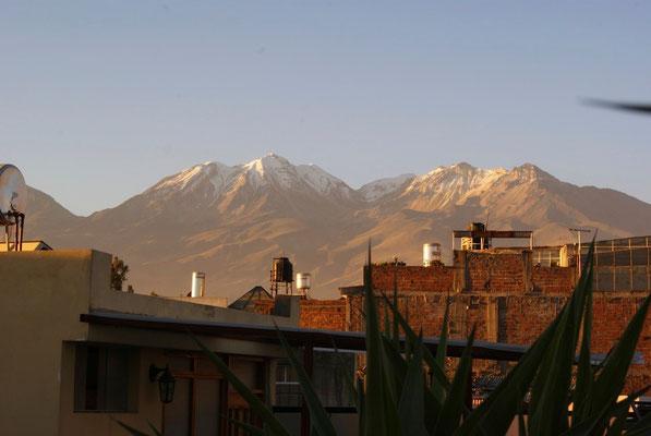 Blick von der Dachterrasse auf den Vulkan Pichu Pichu