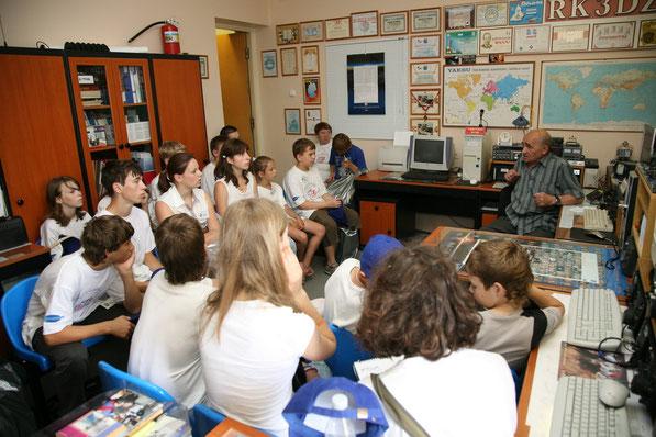 Возможно, среди этих ребят есть будущие космонавты - занятия со школьниками на радиостанции проводит Валентин Крюков.