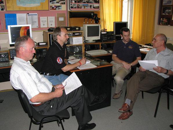 Идет обсуждение программы подготовки. Владимир Загайнов (UA3DKR), астронавт Ричард Гарриот (W5KWQ), инструктор НАСА Кеннет Рансом (N5VHO) и Валентин Крюков.