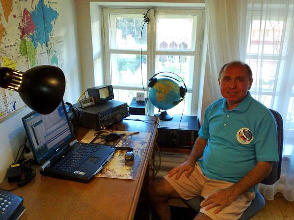Александр Волков (U4MIR) на своей домашней радиостанции.