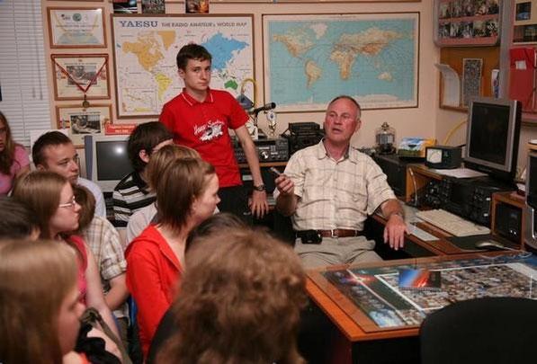 Возможно, среди этих ребят есть будущие космонавты. Владимир Загайнов (UA3DKR) проводит занятия со школьниками на радиостанции RK3DZB.