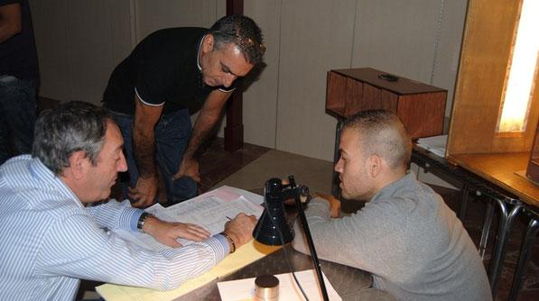 Explicaciones técnicas, consejos, matices. De izquierda a derecha: Pedro vallejo (juez), Carlos León, Quintero. Concurso Agracanto 2012. Centro Comercial El Muelle