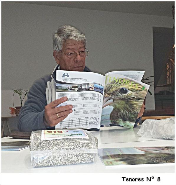 El Presi Pulido hojea la Revista Tenores. Reunión Agracanto.