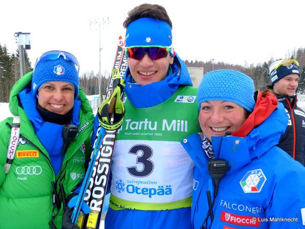 Tommaso Giacomel mit seinen Trainerinnen Michela Ponza (links) und Samantha Plafoni (rechts) Foto: © Luis Mahlknecht