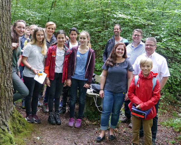 Schüler und Kollegen beim Vor Ort Termin mit Bürgermeister Dr. Tobias Benz und Michael Oliva (Firma Bayer) im Ruschbachtal.