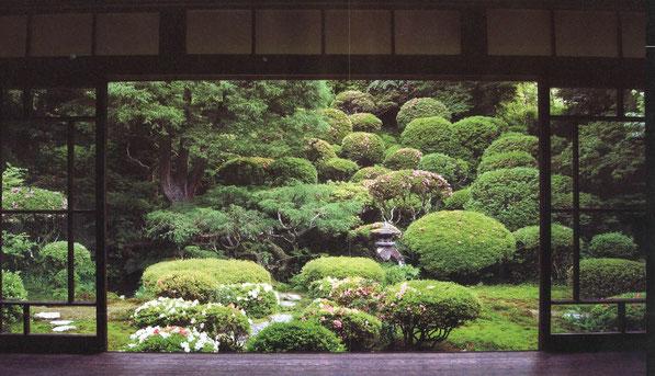 装いも新たに800余年の歴史をもつ。京都を思わせるすばらしい庭園。