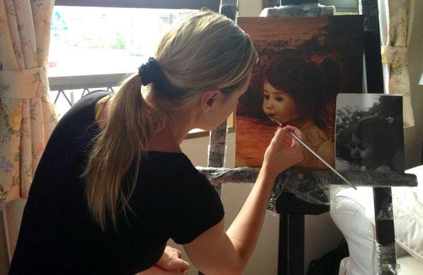 Sonia G. Caballero pintando uno de sus retratos.