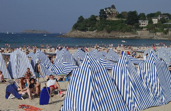 la plage de Dinard et ses alignements de tentes rayées blanche et bleue