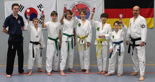 Vereinsmeisterschaft Fachschaft Taekwondo TuS Laer 08. v.l.n.r. Trainer Florian Reisch, Sam Willemsen, Maik Blömer, Tom Lülff, Nico Blömer, Tom Blömer, Joshua-Elias Böking, Trainer Thomas Böking