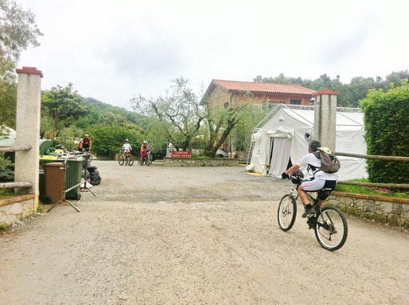 Come prima discesa optiamo per la Down hill (DH Donne) che parte dal campeggio Ferrin...luogo rinomato per chi pratica questo sport...e proprio tre giorni fa, qui, si è disputata la 24 ore di Finale Ligure....c'è ancora molta gente piazzata con le tende