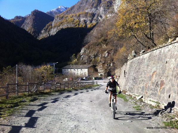 2 km di asfalto fino a Villanova e poi strada bianca  sino in cima al colle Barant