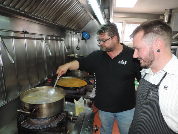 Bati Bordes y el instagramer Suculent Gilabert preparando un arroz a banda en El Marino Rotes.