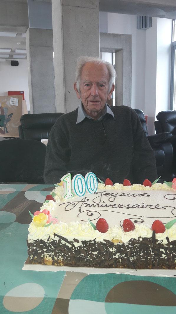 Le CCCA de Wellin a tenu à célébrer l'anniversaire de ce vaillant centenaire lors d'un repas convivial à la MACA où une délégation du comité lui a remis un cadeau