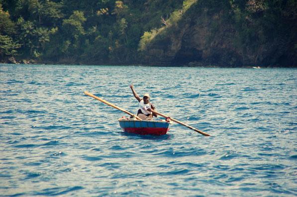 Armut macht erfinderisch: Kundenfang schon auf See, weit draußen vor der Bucht.