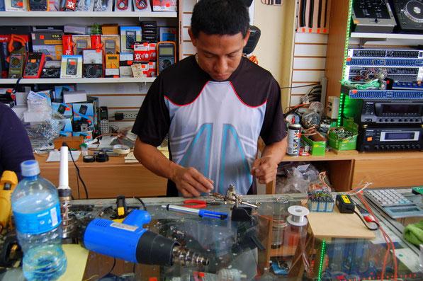 Die in Martinique gekauften LEDs gehen bereits nach 24 Monaten kaputt. In Panama gibt es keine neuen - aber wir erfahren wie man sie wieder repariert: Die kleinen Vorschaltwiderstände müssen ausgetauscht werden, dann funktionieren sie wieder wie neu !