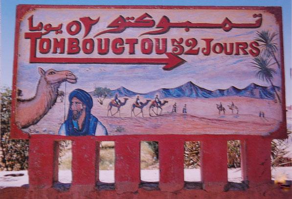 Aus alten Zeiten: An der Strasse das Schild nach Tombouctou 52 Tage